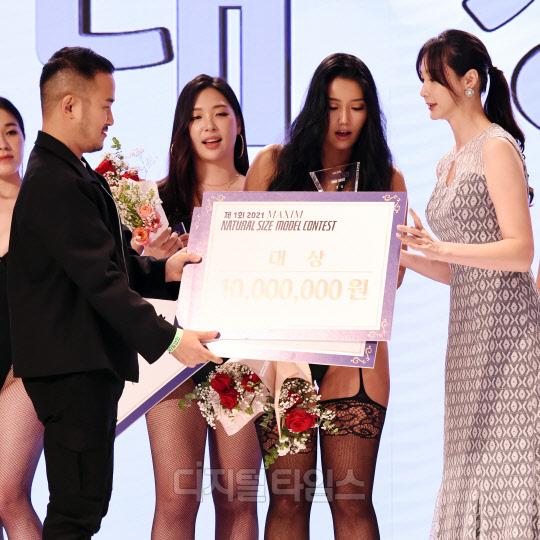 [포토]유승민 맥심 대표-김태연 한국모델협회 이사 `썬비키, 대상 축하해요`